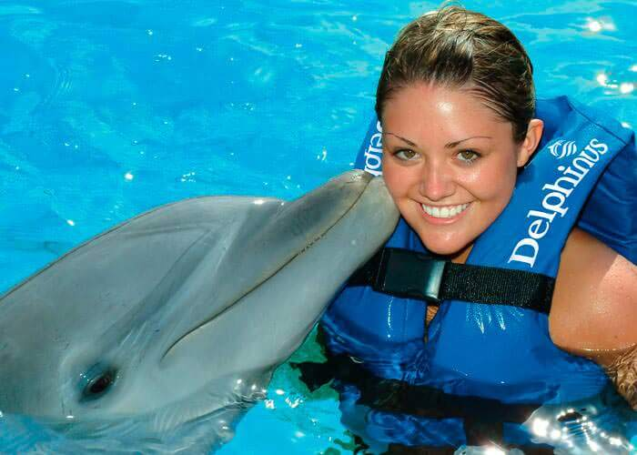 swimming-with-dolphins-xelha-kiss