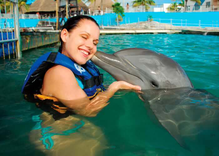 swimming-with-dolphins-in-islamujeres-woman-kiss