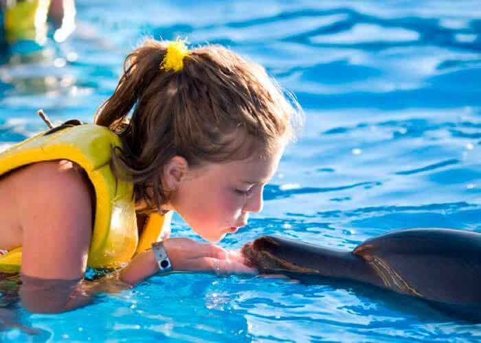tulumruins-tour-swimwithdolphin-kiss