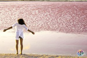 Women at pink lakes of las color